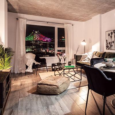 Salon d'apartement avec vue sur le centre-ville